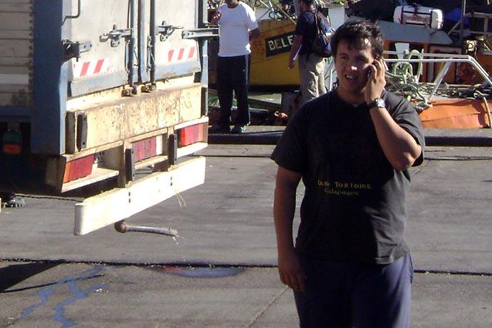 Gustavo González en el muelle de Rawson.