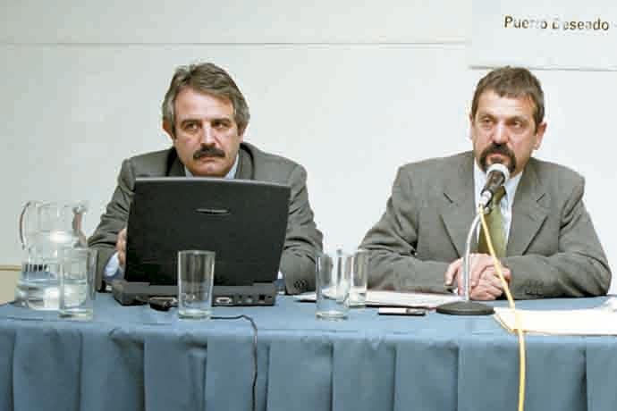 Año 2002, Puerto Deseado, 1º Seminario sobre Langostino Patagónico. El ex subsecretario Gerardo Nieto y el Lic. Daniel Bertuche, del INIDEP, fueron los primeros artífices de un plan de manejo para la pesquería de langostino.