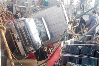 Revista Puerto - Cae camion del muelle 00