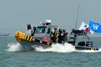Una embarcación de la Guardia Costera de Corea del Sur se dispone a  atacar a un buque chino que pesca ilegalmente.