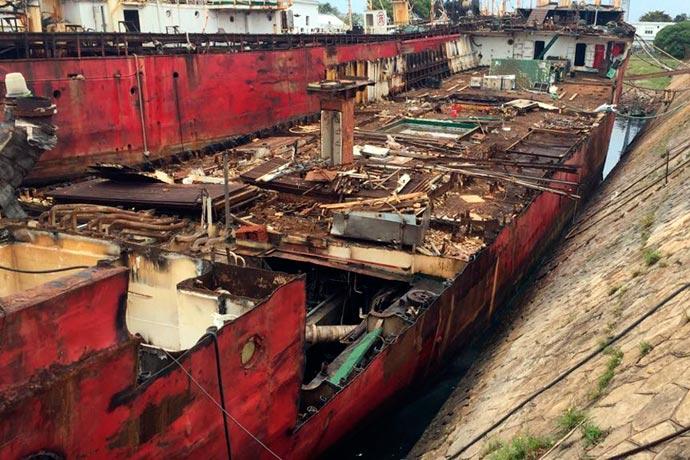 Revista Puerto - Desguace de barcos en Mar del Plata 01