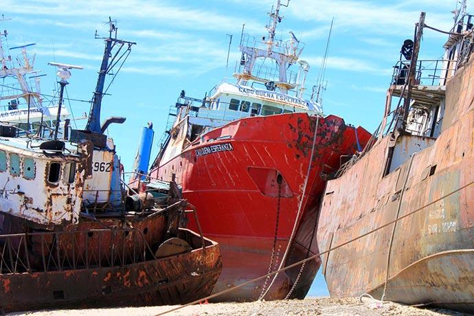 Revista Puerto - Barco varado de la ex Alpesca