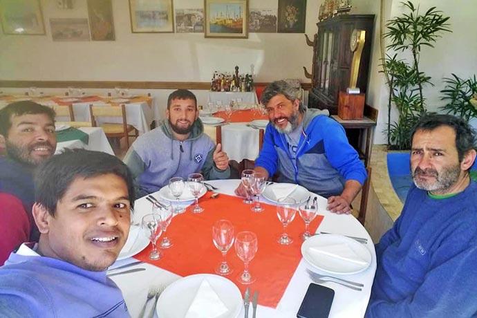 Revista Puerto - Parte de los tripulantes del Rigel durante un almuerzo en Camarones en 2017