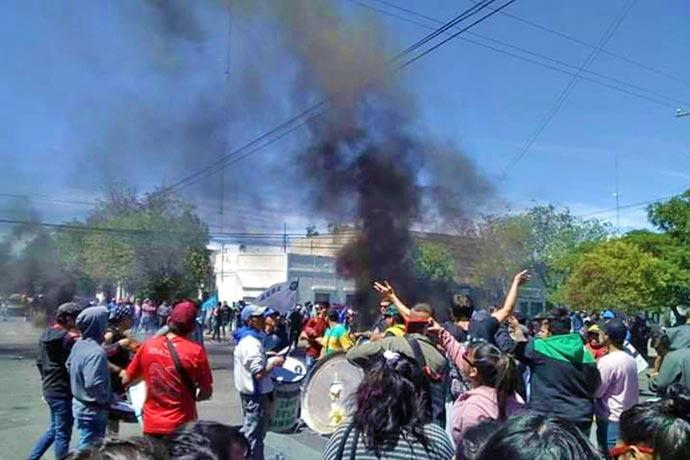 Revista Puerto - Protesta con quema de gomas en Rawson 01