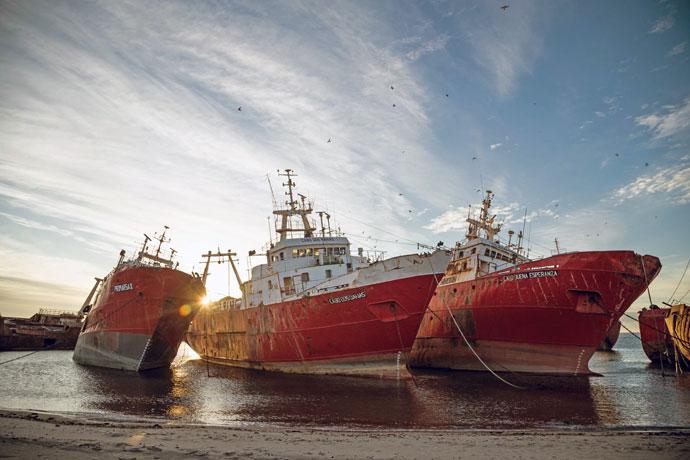 Revista Puerto - Barcos varados de la ex Alpesca 01