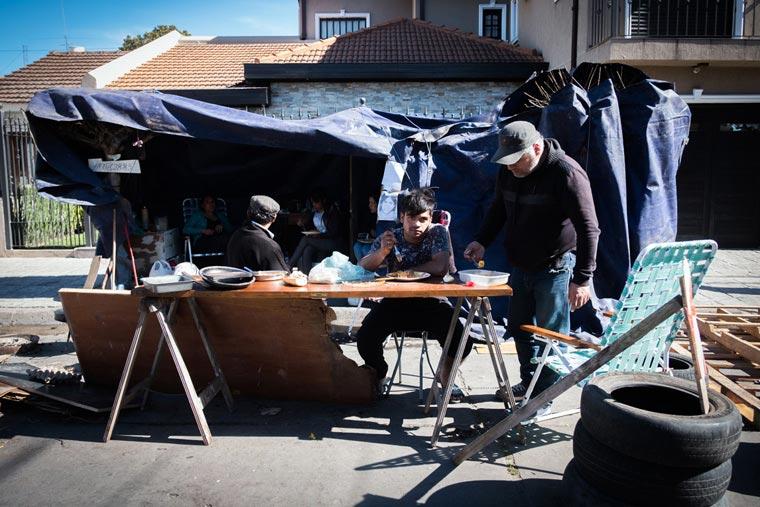 Revista Puerto - Acampe frente a la casa del responsable de la cooperativa Roca Mare - 02