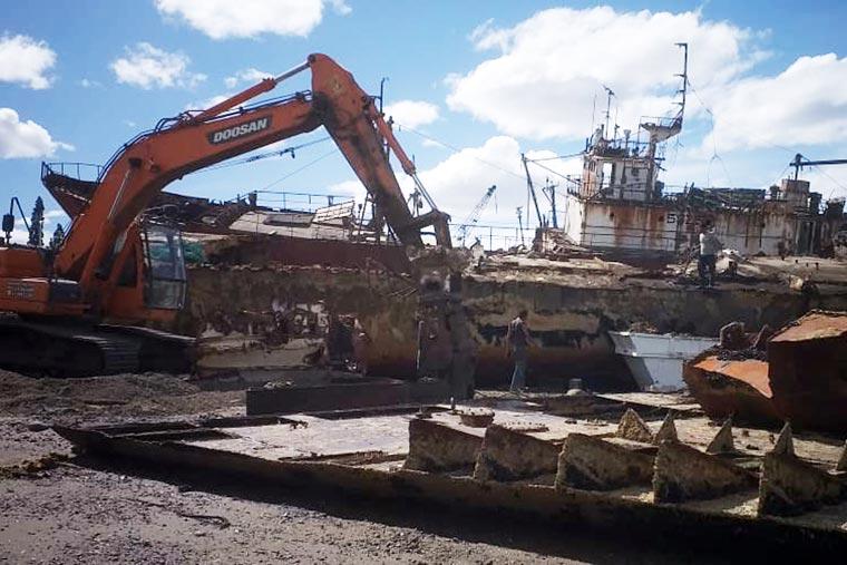 Revista Puerto - En Madryn el BP Codepeca I fue reducido a chatarra