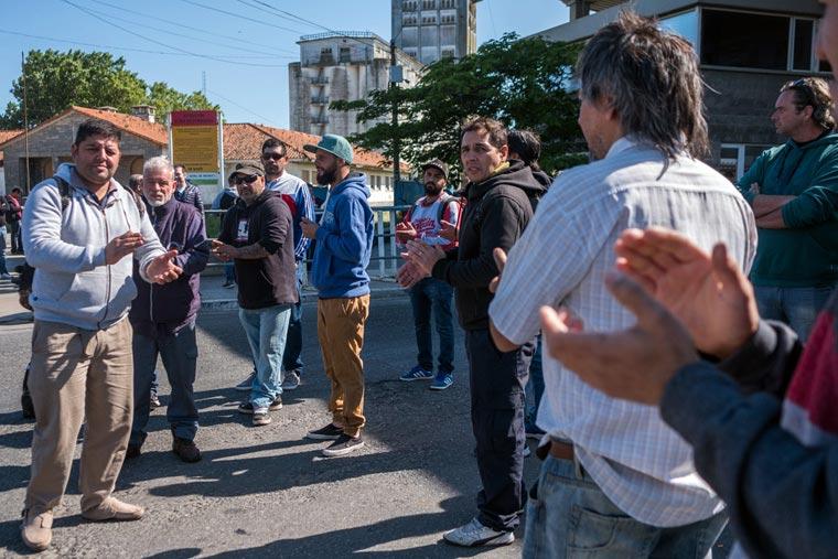 Revista Puerto - Protesta de obreros navales por la muerte de uno de ellos en el puerto marplatense - 02