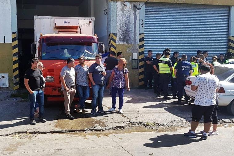Policía de la Comisaría Tercera reprime obreros del pescado que reclamaban una incorporación