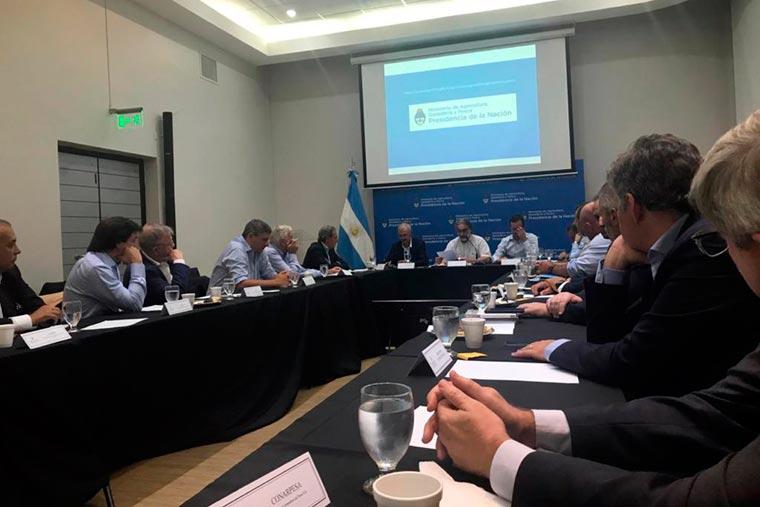 Revista Puerto - El ministro Luis Basterra reunido con el sector pesquero