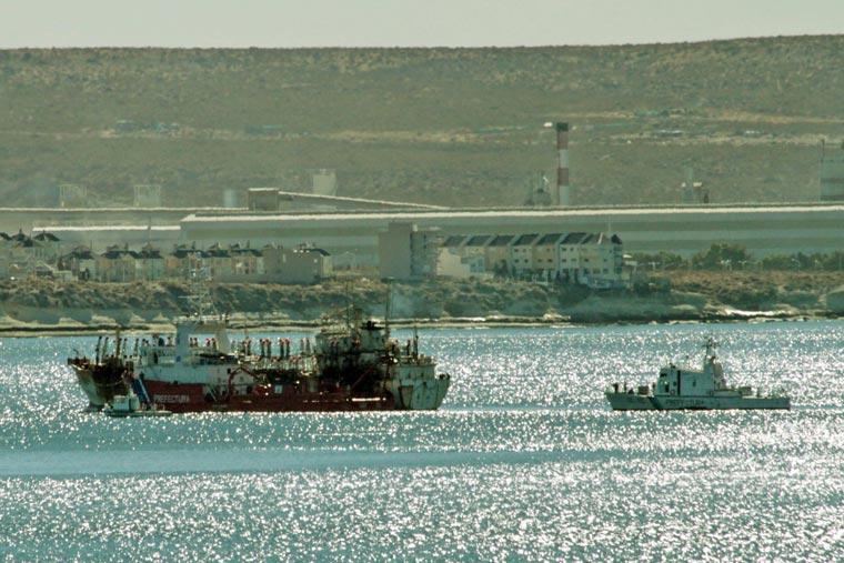 Revista Puerto - Pesquero ilegal capturado por PNA