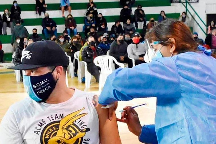 Trabajadores de la pesca de Rawson fueron vacunados contra el Covid-19